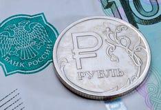 Νόμισμα ένα ρωσικό ρούβλι σε ένα τραπεζογραμμάτιο 1000 ρούβλια Στοκ εικόνα με δικαίωμα ελεύθερης χρήσης