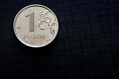 Νόμισμα ένα ρωσικό ρούβλι στη μαύρη σύσταση Στοκ φωτογραφία με δικαίωμα ελεύθερης χρήσης