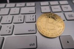 Νόμισμα αναμνηστικών Bitcoin στο πληκτρολόγιο Στοκ φωτογραφία με δικαίωμα ελεύθερης χρήσης
