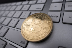 Νόμισμα αναμνηστικών Bitcoin στο πληκτρολόγιο Στοκ Φωτογραφίες