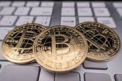 Νόμισμα αναμνηστικών Bitcoin στο πληκτρολόγιο Στοκ Φωτογραφία
