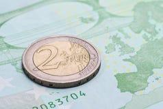 Νόμισμα δύο ευρώ στο τραπεζογραμμάτιο εκατό ευρώ Στοκ εικόνα με δικαίωμα ελεύθερης χρήσης