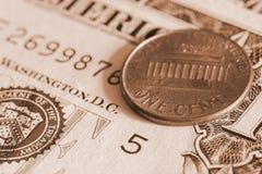 Νόμισμα ενός σεντ στενό σε επάνω τραπεζογραμματίων Στοκ φωτογραφία με δικαίωμα ελεύθερης χρήσης