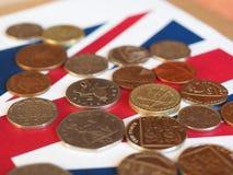Νόμισμα λιβρών, Ηνωμένο Βασίλειο πέρα από τη σημαία Στοκ εικόνα με δικαίωμα ελεύθερης χρήσης