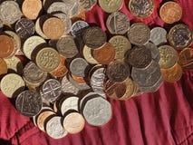 Νόμισμα λιβρών, Ηνωμένο Βασίλειο πέρα από το κόκκινο υπόβαθρο βελούδου Στοκ Εικόνα