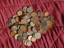 Νόμισμα λιβρών, Ηνωμένο Βασίλειο πέρα από το κόκκινο υπόβαθρο βελούδου Στοκ φωτογραφία με δικαίωμα ελεύθερης χρήσης