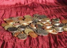 Νόμισμα λιβρών, Ηνωμένο Βασίλειο πέρα από το κόκκινο υπόβαθρο βελούδου Στοκ Φωτογραφία