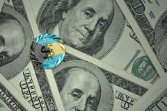 νόμισμα με το σημάδι δολαρίων με τη εθνική σημαία των Μπαχαμών στο υπόβαθρο τραπεζογραμματίων χρημάτων δολαρίων Στοκ φωτογραφία με δικαίωμα ελεύθερης χρήσης
