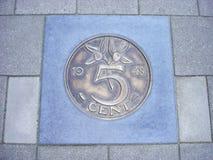 Νόμισμα πέντε σεντ στο πεζοδρόμιο Στοκ Φωτογραφίες