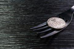 Νόμισμα στο δίκρανο στο μαύρο ξύλινο υπόβαθρο σύστασης Στοκ φωτογραφία με δικαίωμα ελεύθερης χρήσης