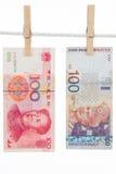 Νόμισμα της Κίνας και της Μαλαισίας στη σκοινί για άπλωμα Στοκ εικόνα με δικαίωμα ελεύθερης χρήσης