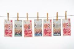 Νόμισμα της Κίνας και της Μαλαισίας στη σκοινί για άπλωμα Στοκ Εικόνα