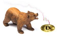 Νόμισμα Bitcoin με το κόκκινο διάγραμμα στο λευκό στοκ φωτογραφία με δικαίωμα ελεύθερης χρήσης