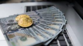 Νόμισμα Bitcoin με το lap-top και τα αμερικανικά δολάρια Χρυσά νομίσματα Bitcoin σε ένα άσπρο lap-top υποβάθρου γραφείων τραπεζογ Στοκ φωτογραφίες με δικαίωμα ελεύθερης χρήσης
