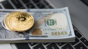 Νόμισμα Bitcoin με το lap-top και τα αμερικανικά δολάρια Χρυσά νομίσματα Bitcoin σε ένα άσπρο lap-top υποβάθρου γραφείων τραπεζογ Στοκ εικόνες με δικαίωμα ελεύθερης χρήσης