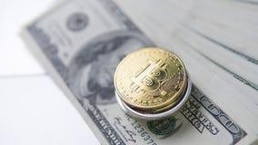 Νόμισμα Bitcoin με το lap-top και τα αμερικανικά δολάρια Χρυσά νομίσματα Bitcoin στα τραπεζογραμμάτια και το lap-top δολαρίων Cry Στοκ φωτογραφία με δικαίωμα ελεύθερης χρήσης