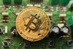 Νόμισμα Bitcoin στον πίνακα κυκλωμάτων στοκ φωτογραφία με δικαίωμα ελεύθερης χρήσης