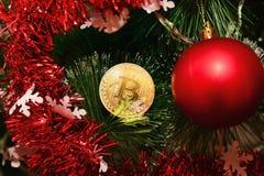 Νόμισμα bitcoin στο νέο δέντρο έτους Στοκ Φωτογραφία