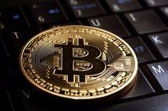 Νόμισμα λ Bitcoin στο πληκτρολόγιο lap-top Στοκ φωτογραφία με δικαίωμα ελεύθερης χρήσης