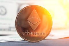 Νόμισμα cryptocurrency Ethereum στις ακτίνες του ήλιου πρωινού στοκ φωτογραφίες