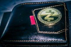 Νόμισμα cryptocurrency Zcash στο πορτοφόλι δέρματος στοκ φωτογραφία