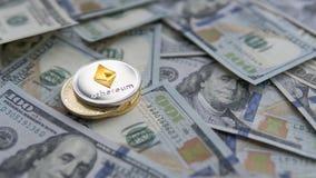 Νόμισμα Ethereum σε ένα χρυσό Bitcoins στα αμερικανικά δολάρια Ψηφιακή κινηματογράφηση σε πρώτο πλάνο νομίσματος νέες εικονικές π Στοκ Φωτογραφίες