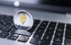 Νόμισμα Ethereum σε ένα lap-top Crypto Ethereum νόμισμα σε ένα μαύρο πληκτρολόγιο lap-top Ψηφιακό νόμισμα χρήματα εικονικά Μέταλλ Στοκ Εικόνα