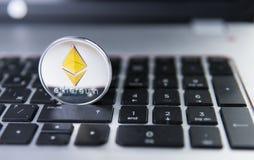 Νόμισμα Ethereum σε ένα lap-top Crypto Ethereum νόμισμα σε ένα μαύρο πληκτρολόγιο lap-top Ψηφιακό νόμισμα χρήματα εικονικά Μέταλλ Στοκ Φωτογραφία