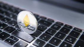 Νόμισμα Ethereum σε ένα lap-top Crypto Ethereum νόμισμα σε ένα μαύρο πληκτρολόγιο lap-top Ψηφιακό νόμισμα χρήματα εικονικά Μέταλλ Στοκ Εικόνες