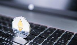 Νόμισμα Ethereum σε ένα lap-top Crypto Ethereum νόμισμα σε ένα μαύρο πληκτρολόγιο lap-top Ψηφιακό νόμισμα χρήματα εικονικά Μέταλλ Στοκ φωτογραφία με δικαίωμα ελεύθερης χρήσης