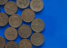 Νόμισμα GBP μιας λίβρας, Ηνωμένο Βασίλειο UK πέρα από μπλε με το αντίγραφο SP Στοκ φωτογραφία με δικαίωμα ελεύθερης χρήσης