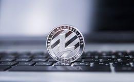 Νόμισμα Litecoin σε ένα lap-top στο κέντρο του πλαισίου Crypto Litecoins νόμισμα σε ένα μαύρο πληκτρολόγιο lap-top Ψηφιακό νόμισμ Στοκ Φωτογραφία