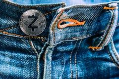 Νόμισμα Zcash αντί των κουμπιών στα τζιν στοκ εικόνες με δικαίωμα ελεύθερης χρήσης
