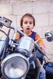 Νόμοι για τους οδηγούς παιδιών κάτω από την έννοια 18 Πορτρέτο χαριτωμένου λίγη συνεδρίαση κοριτσιών παιδιών ποδηλατών σε μια μοτ στοκ εικόνες
