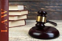 Νόμος και δικαιοσύνη, έννοια νομιμότητας, Gavel δικαστών σε ένα ξύλινο υπόβαθρο, έννοια βιβλιοθηκών νόμου στοκ φωτογραφίες