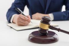 Νόμος, συμβουλές και έννοια νομικών υπηρεσιών Δικηγόρος και πληρεξούσιος που διοργανώνουν τη συνεδρίαση των ομάδων στην εταιρία ν Στοκ φωτογραφία με δικαίωμα ελεύθερης χρήσης