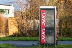 Νόρθαμπτον UK στις 10 Ιανουαρίου 2018: Τηγανισμένο σημάδι λογότυπων κοτόπουλου της KFC το Κεντάκυ στον τηλεφωνικό θάλαμο Στοκ εικόνες με δικαίωμα ελεύθερης χρήσης