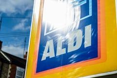 Νόρθαμπτον UK στις 3 Οκτωβρίου 2017: Σημάδι λογότυπων Aldi στο πόλης κέντρο του Νόρθαμπτον στοκ εικόνα