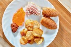 Νόστιμα ανθυγειινά τρόφιμα Λιπαρός που τηγανίζεται στοκ φωτογραφίες