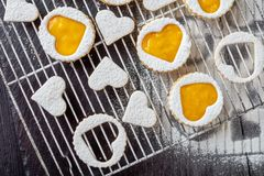 Νόστιμα διαμορφωμένα καρδιά linzer μπισκότα, τοπ άποψη στοκ εικόνες