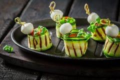 Νόστιμα διάφορα τρόφιμα δάχτυλων με τα λαχανικά και τα χορτάρια για το πρόχειρο φαγητό Στοκ φωτογραφία με δικαίωμα ελεύθερης χρήσης