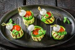 Νόστιμα διάφορα τρόφιμα δάχτυλων με τα λαχανικά και τα χορτάρια για το κόμμα Στοκ Εικόνα