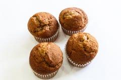 Νόστιμα καφετιά muffins με το άσπρο υπόβαθρο Στοκ Εικόνες