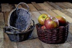 Νόστιμα μήλα στο καλάθι στον πίνακα κουζινών δασική εποχή μονοπατιών πτώσης φθινοπώρου Στοκ Φωτογραφίες