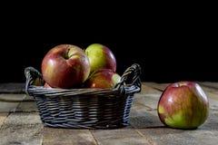 Νόστιμα μήλα στο καλάθι στον πίνακα κουζινών δασική εποχή μονοπατιών πτώσης φθινοπώρου Στοκ Εικόνα