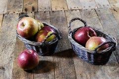 Νόστιμα μήλα στο καλάθι στον πίνακα κουζινών δασική εποχή μονοπατιών πτώσης φθινοπώρου Ξύλινο τ Στοκ εικόνα με δικαίωμα ελεύθερης χρήσης