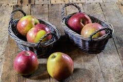 Νόστιμα μήλα στο καλάθι στον πίνακα κουζινών δασική εποχή μονοπατιών πτώσης φθινοπώρου Στοκ Φωτογραφία