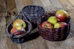 Νόστιμα μήλα στο καλάθι στον πίνακα κουζινών δασική εποχή μονοπατιών πτώσης φθινοπώρου Ξύλινο τ Στοκ Φωτογραφίες