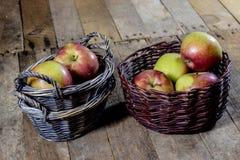 Νόστιμα μήλα στο καλάθι στον πίνακα κουζινών δασική εποχή μονοπατιών πτώσης φθινοπώρου Ξύλινο τ Στοκ Φωτογραφία