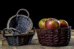 Νόστιμα μήλα στο καλάθι στον πίνακα κουζινών δασική εποχή μονοπατιών πτώσης φθινοπώρου Στοκ εικόνες με δικαίωμα ελεύθερης χρήσης